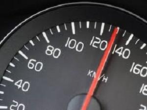 Verkeerstip: Let op uw snelheid. Houd afstand!